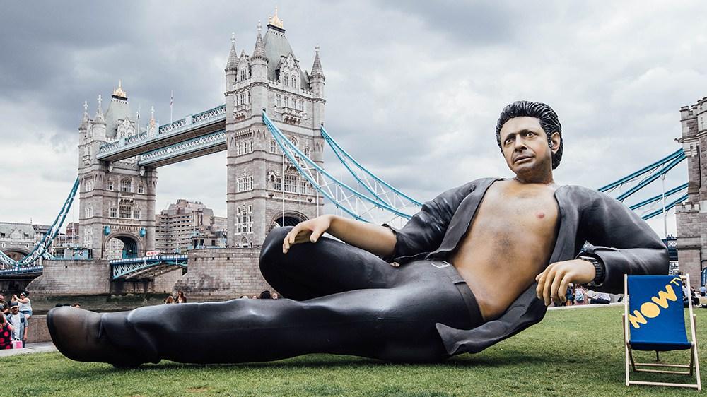 Jeff Goldblum ganha estátua em homenagem a Jurassic Park
